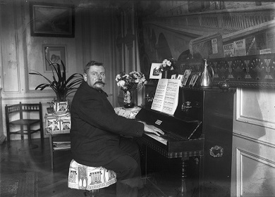 PERSONNE 1910 BOURGEOIS A SON PIANO FJSYLV.jpg